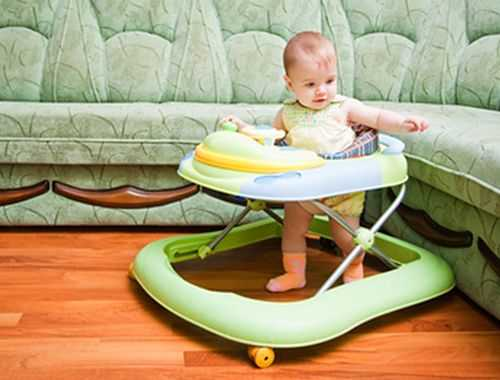Ребенок учится ходить в ходунках