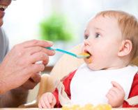 кормление супом малыша