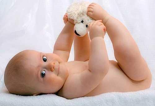 малыш играется с игрушкой