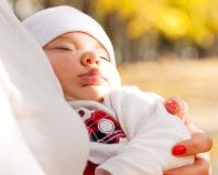 Новорожденный ребенок на прогулке