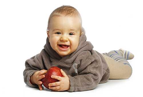 Довольный малыш с яблоком