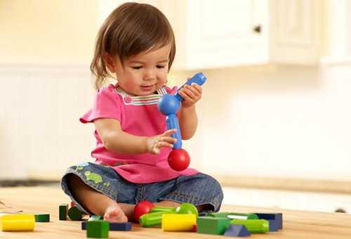 Девочка играет с развивающими игрушками