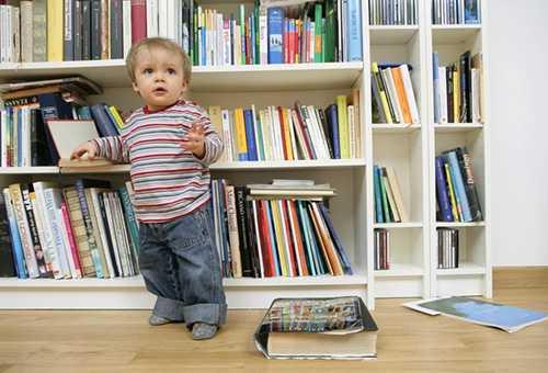 Малыш раскладывает книжки в 1 год