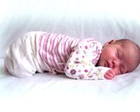 Малыш спит в удобной одежде
