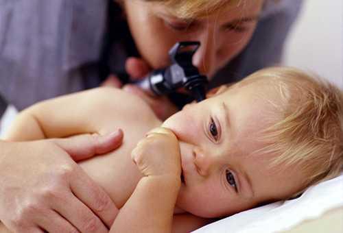 Осмотр больного отитом ребенка