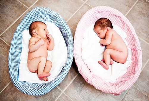 Мальчик и девочка в детских корзинах и уход за ними