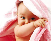 Малыш выглядывает из полотенца