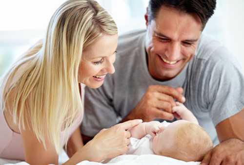 Счастливые родители и новорожденный