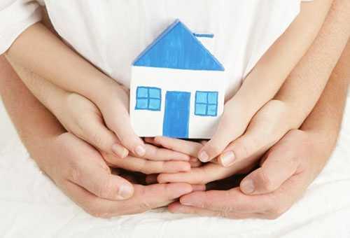 Семья держит домик к статье о прописке ребенка