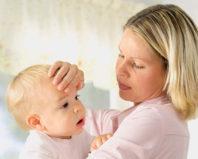 Мама щупает лоб малыша