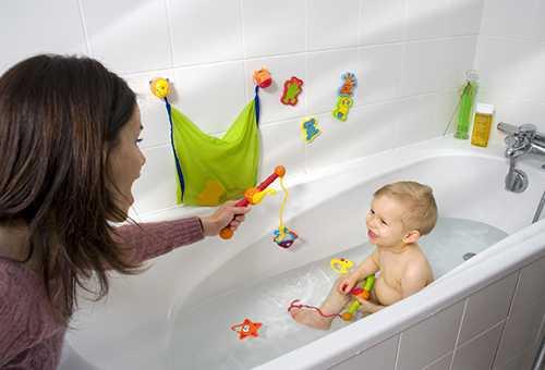 Мама купает ребенка с игрушками для купания