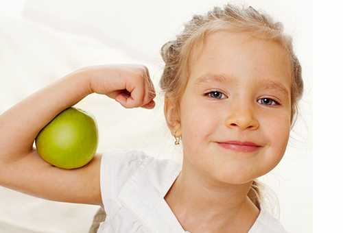 Здоровая девочка с зеленым яблоком