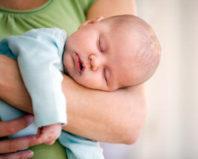 Ребенок заснул на руках у мамы