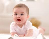 Малыш с интересом смотрит
