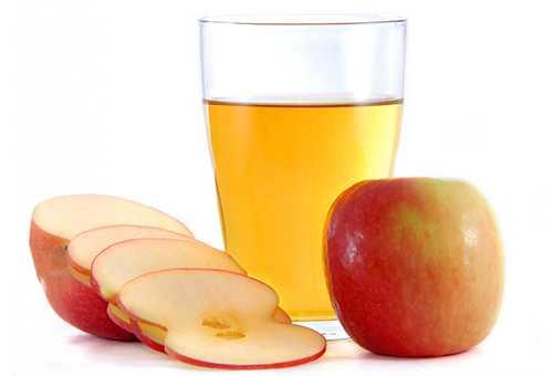 Яблочный сок и нарезанное яблоко