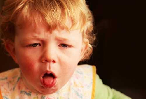 Заболевший коклюшем ребенок кашляет