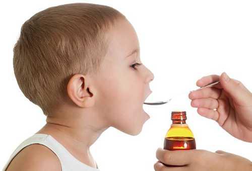 Ребенок принимает микстуру от кашля