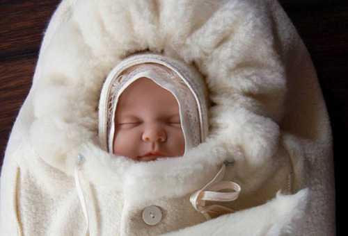 Новорожденный в утепленном конверте