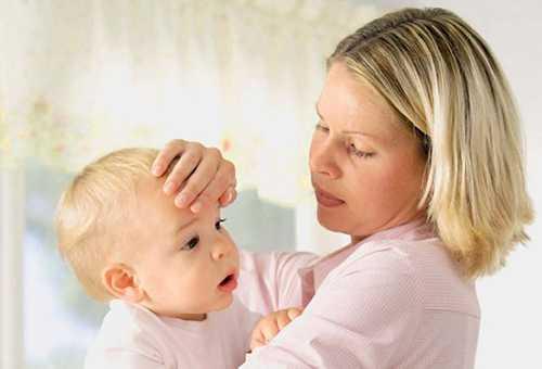 Мама щупает лоб ребенка