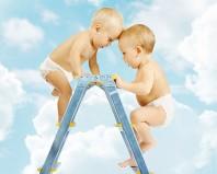 Детки лезут вверх по стремянке