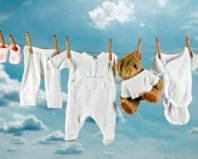 Детские вещи сушатся на свежем воздухе
