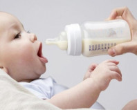 Ребенка кормят молочной смесью