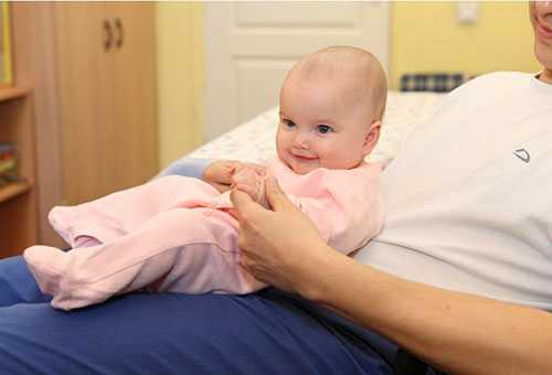 Когда новорожденный начинает держать голову?