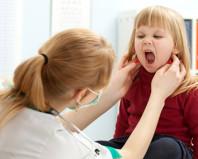 Доктор осматривает девочку с подозрением на мононуклеоз