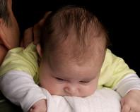 Ребенок при частых срыгиваниях