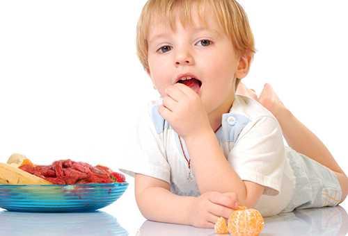 Ребенок ест ягоду годжи