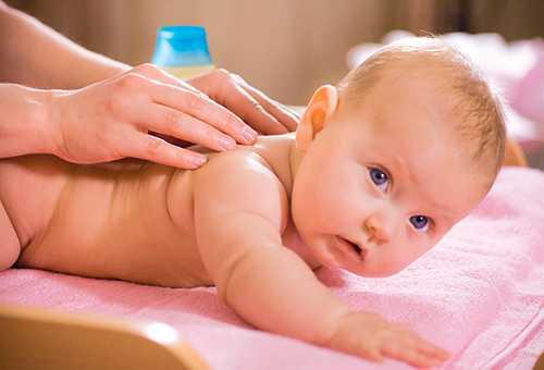 Упражнения, помогающие ребенку начать ползать