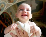 Ребенок во время крещения