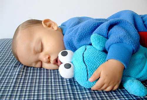 Спящий четырехмесячный ребенок