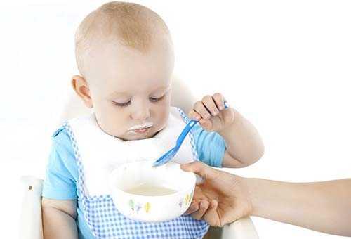 Ребенок 8 месяцев обедает