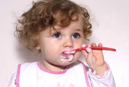 Девочка кушает самостоятельно