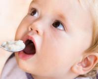 Ребенок ест творожок