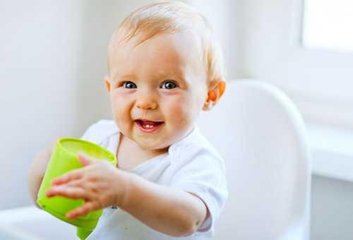 Годовалый малыш с чашкой