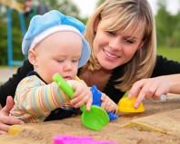 Мама с ребенком у песочницы