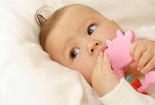 Шестимесячный ребенок с погремушкой