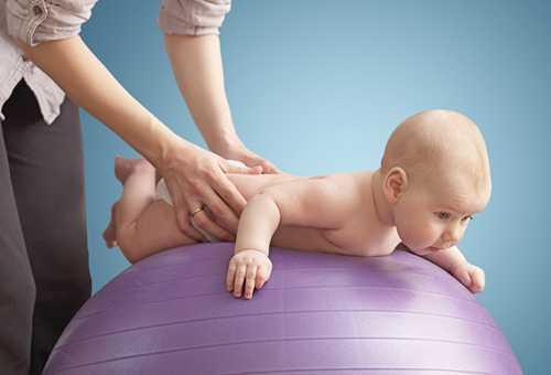 Упражнение с малышом на фитболе