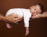 Ребенок на руках у папы и мамы