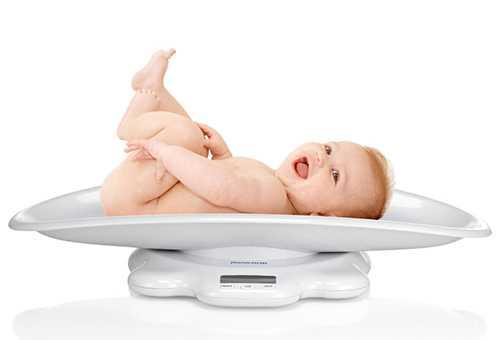 Взвешивание младенца на электронных весах
