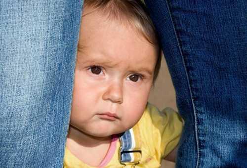 Восьмимесячный ребенок прячется