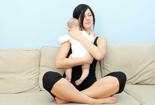 Женщина держит новорожденного столбиком