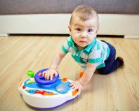 Моторные навыки ребенка в 10 месяцев