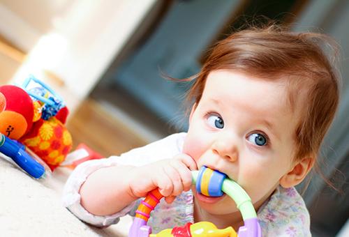 Симптомы и признаки первых зубов у младенцев