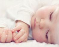 Спящий трехмесячный ребенок