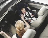 Ребенок в автолюльке на переднем пассажирском сидении