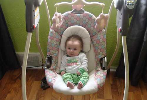 Малыш в электрокачели