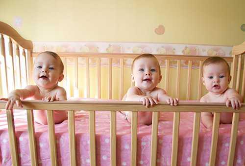 Тройняшки в кроватке